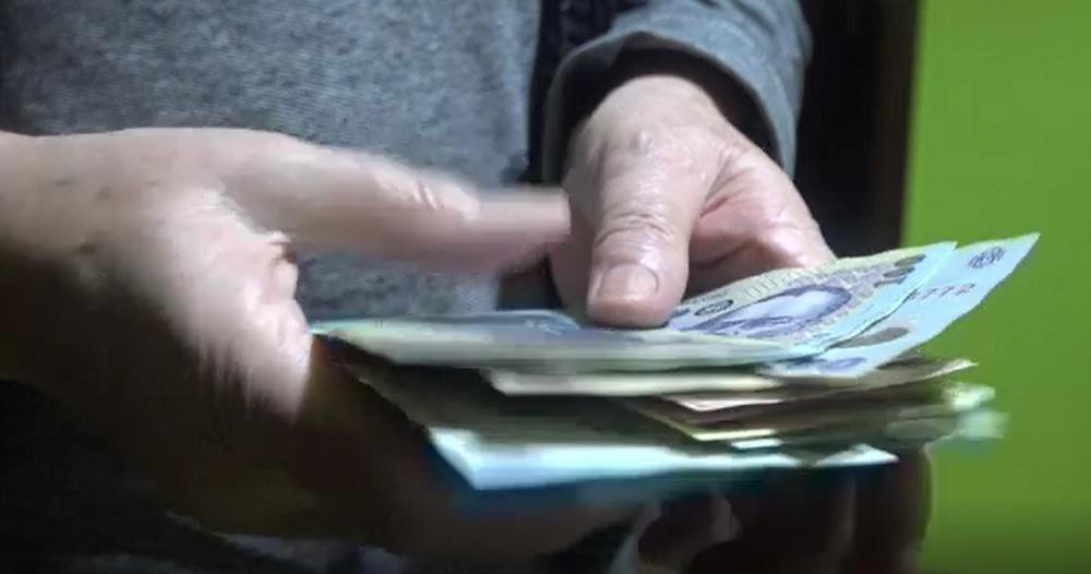 Un bătrân de 92 de ani a fost jefuit în propria casă. Hoții i-au furat peste 100.000 de lei