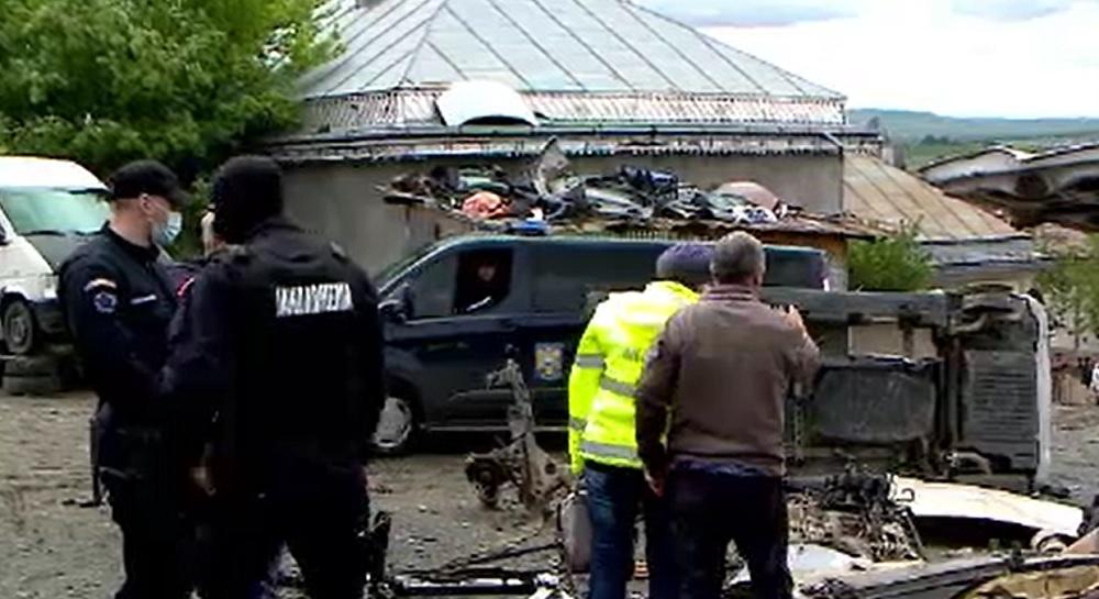 Zeci de persoane din Iași, acuzate că vând ilegal fier vechi și că dezmembrează mașini fară acte