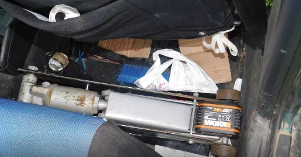Cinci tineri au fost arestați, după ce au comis zeci de furturi de catalizatoare auto