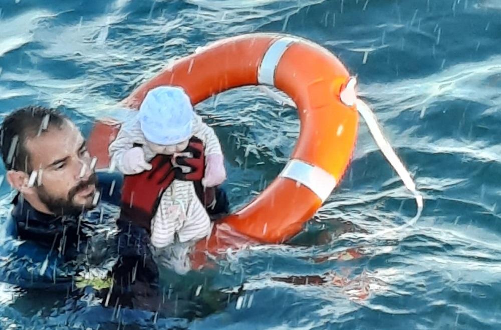 Un polițist spaniol s-a aruncat în apă pentru a salva viața unui copil migrant care se îneca