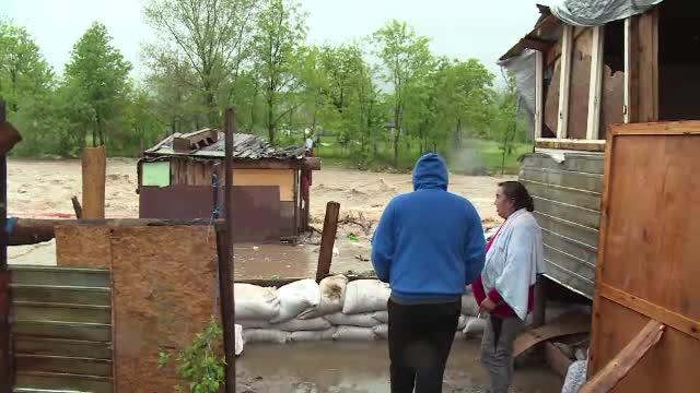 Inundații devastatoare în vestul țării. O casă modulară a fost luată pe sus de viituri