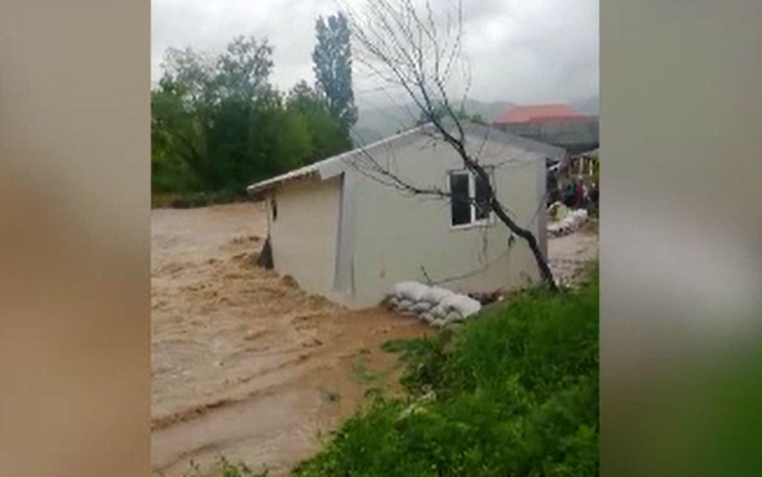 Viiturile fac ravagii în vestul țării. În Bihor, o casă modulară a fost luată cu totul de ape