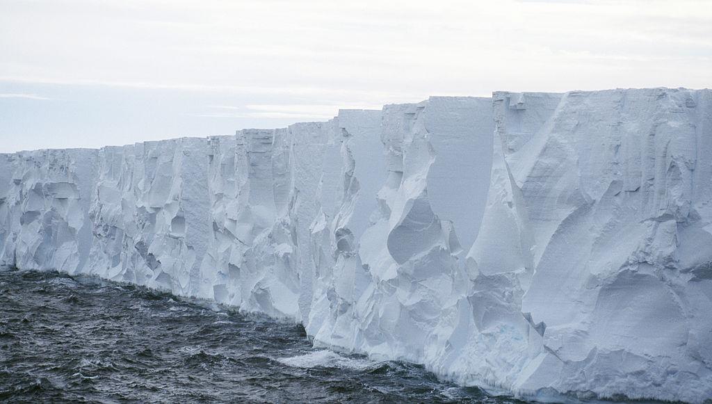 Un bloc uriaș de gheață s-a rupt de calota Antarcticii, devenind cel mai mare ghețar plutitor din lume