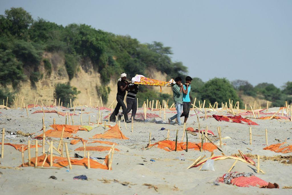 The Guardian: Duhoarea morții împânzește India rurală în timp ce fluviul Gange se umple cu victimele Covid