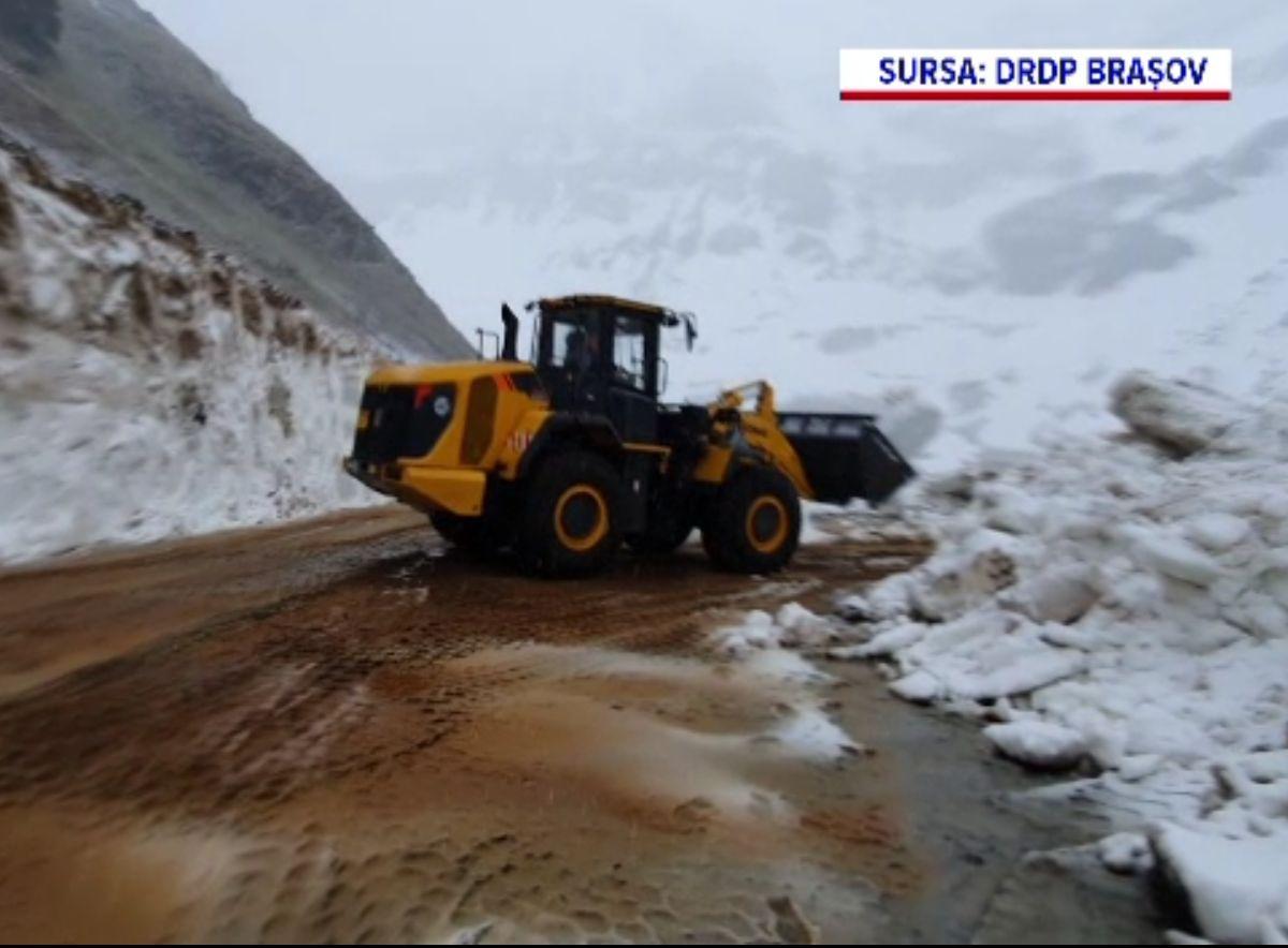 Deszăpezire în toi pe Transfăgărășan și Transalpina, în luna mai. Sunt și straturi de șapte metri de zăpadă înghețată