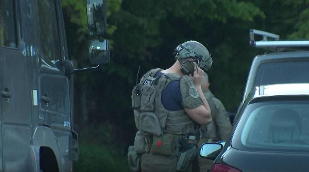 Militar înarmat, căutat de polițiști, după ce a proferat amenințări la adresa unor persoane publice