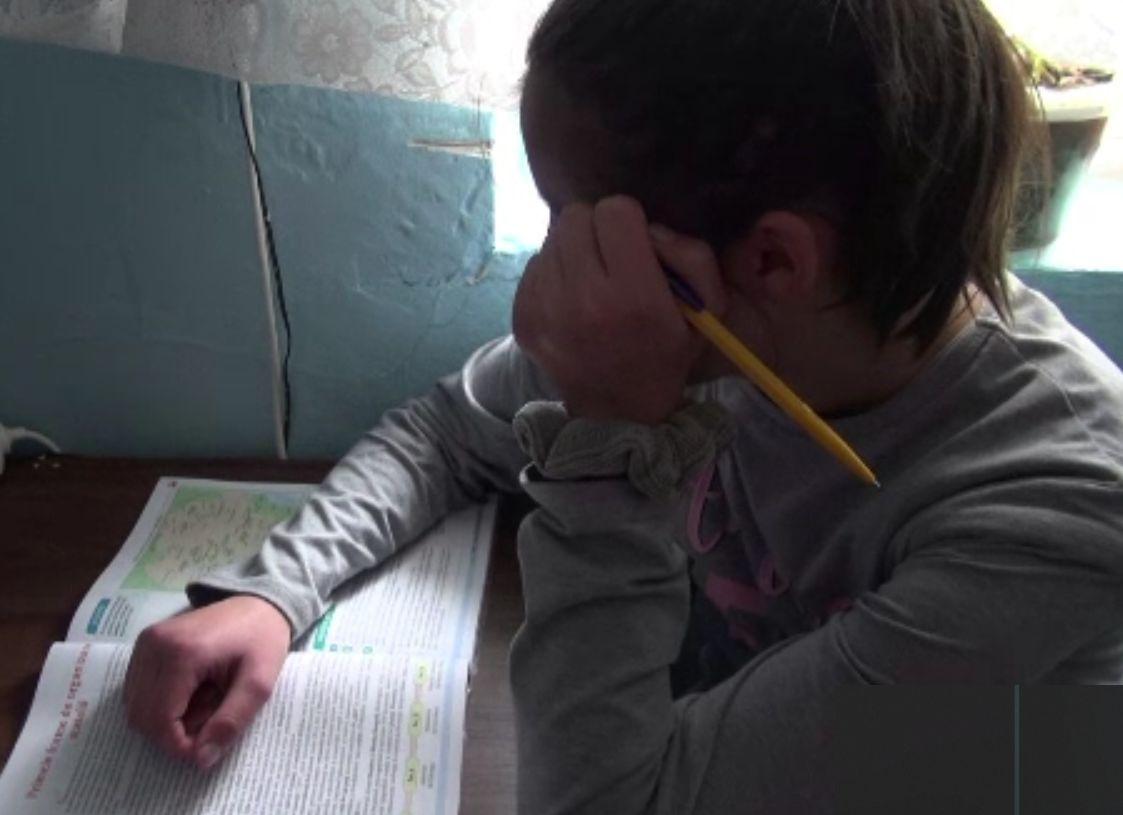 Drama lui Nicuşor, un copil de 14 ani bătut şi pus la munci grele zilnic de părinți.
