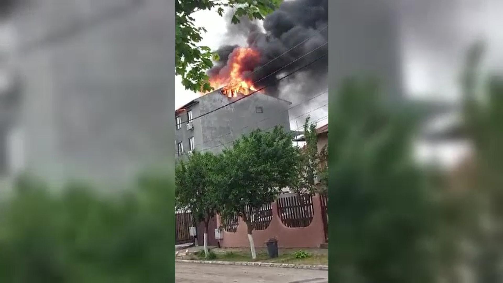 Incendiu violent în stațiunea Eforie Sud. Acoperișul unei pensiuni a luat foc