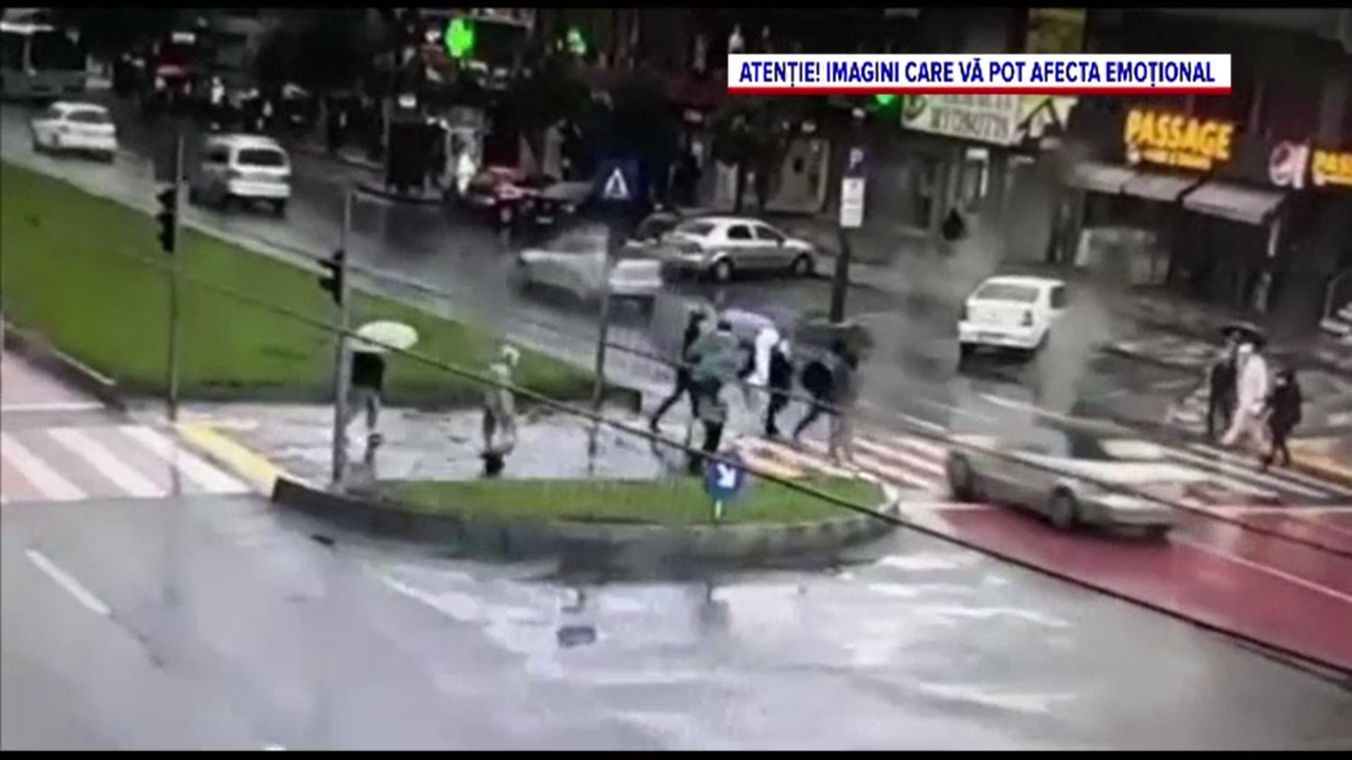 Doi tineri din Galați au fost loviți de o mașină când traversau strada pe trecerea de pietoni