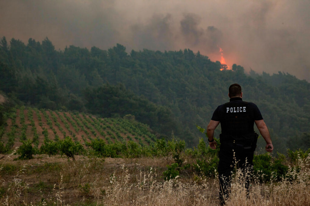 Incendiu major izbucnit în apropiere de Atena. Pompierii luptă de două zile cu focul