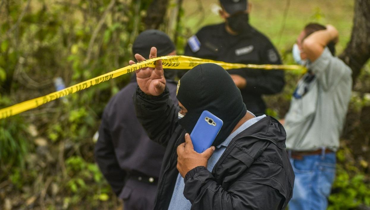 VIDEO. Zeci de cadavre au fost găsite îngropate în casa și pe terenul unui fost polițist