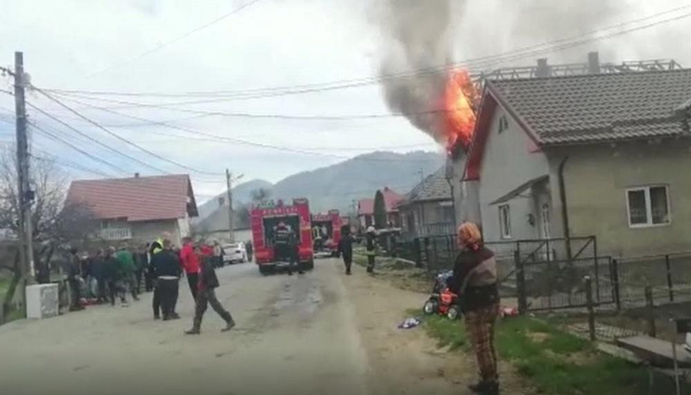 Gest emoţionant al pompierilor din Bistriţa. În timpul liber, fac o casă pentru 2 familii care au rămas pe drumuri