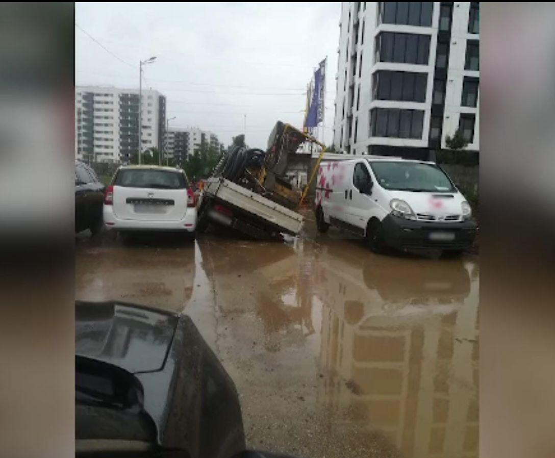 Ploile au îngropat în noroaie cartierele nou construite din jurul Bucureștiului. Mașini scoase din bălți cu excavatorul