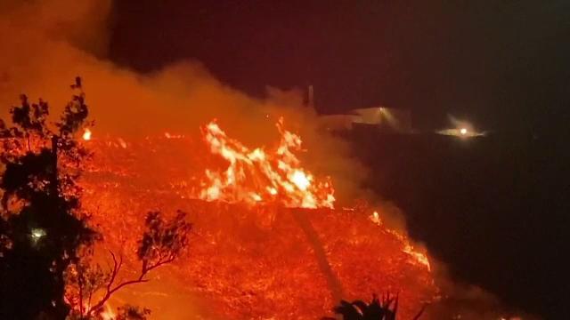 Incendii de proporții în California. Sediul unei televiziuni, înconjurat de flăcări