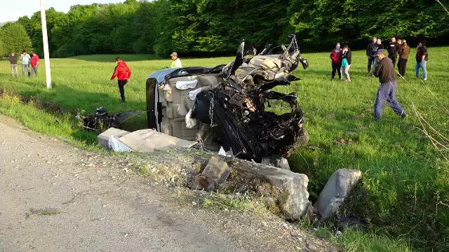 O mașină condusă de un șofer fără permis de conducere s-a izbit de un cap de pod. Motorul a fost aruncat la câțiva metri