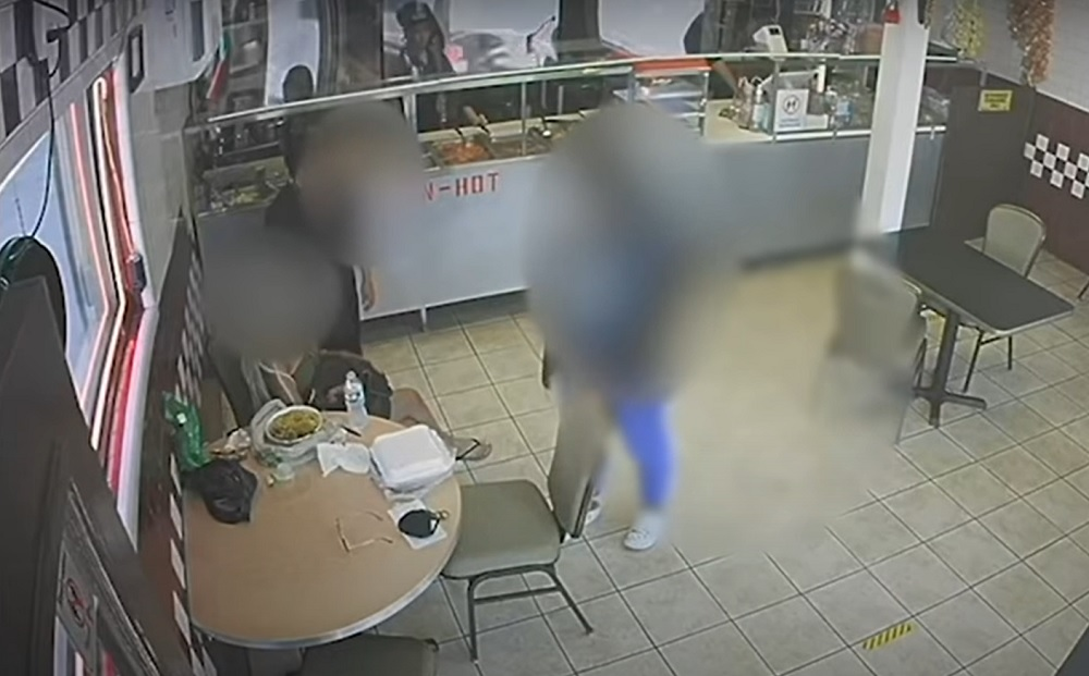 VIDEO. O fată de 14 ani a intrat într-un restaurant, şi-a lăsat bebeluşul în braţele unei cliente, apoi a fugit