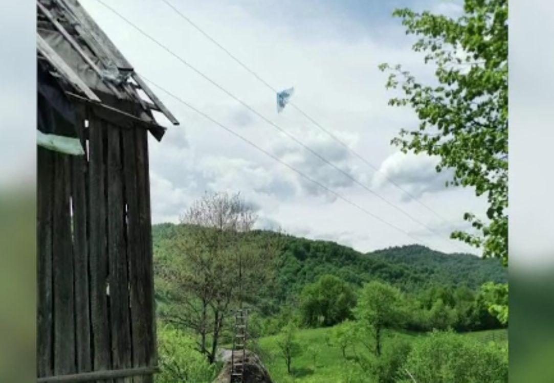 Un bărbat din Maramureş a murit electrocutat când încerca să dea jos zmeul copiilor
