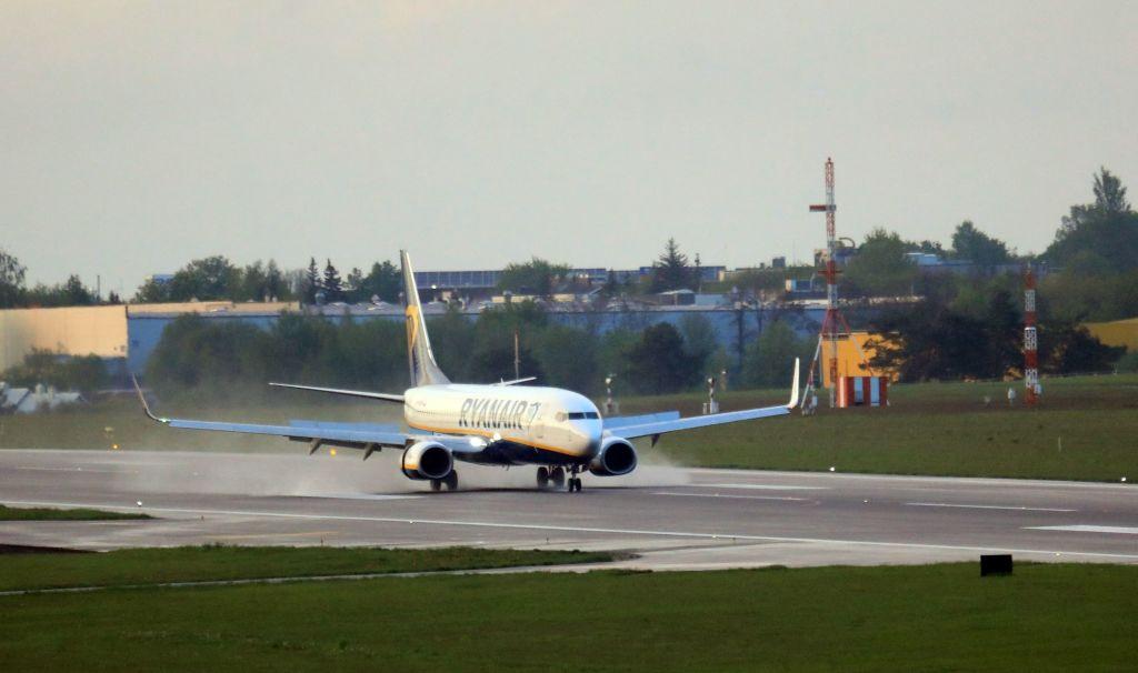 """Cine sunt """"pasagerii misterioși"""" care au orchestrat deturnarea avionului Ryanair. Au rămas pe aeroportul din Minsk"""
