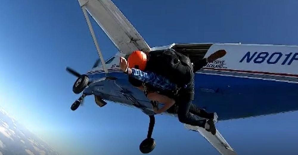 Imobilizat în scaunul cu rotile, un tânăr de 24 de ani a sărit cu parașuta. Imagini impresionante