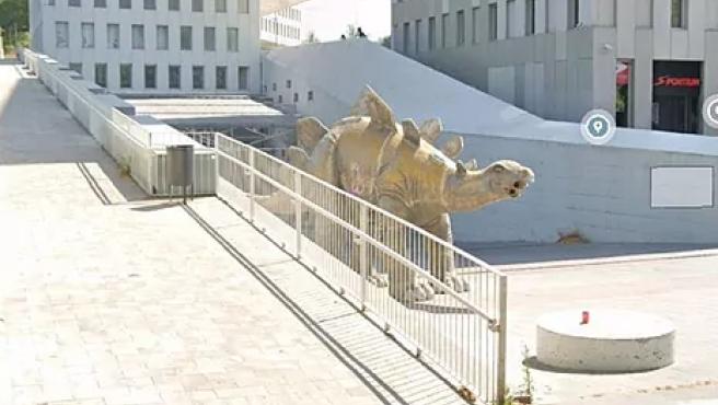 În piciorul unei statui a unui dinozaur din Barcelona a fost găsit un cadavru
