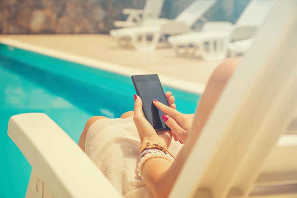 (P) Cu ce telefoane poți să mergi la piscină?