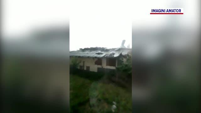 Furtuni violente în judeţul Bihor. Momentul în care vântul smulge acoperișul unei case