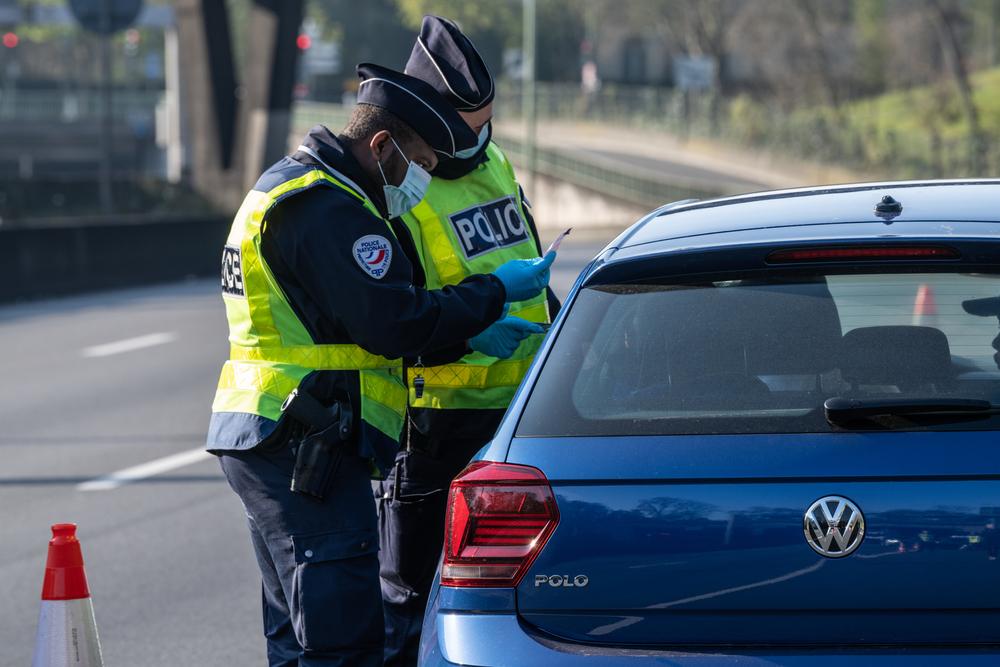 O fetiță care se afla cu tatăl său în mașină a sunat la poliție pentru a-l denunța. Ce făcuse bărbatul