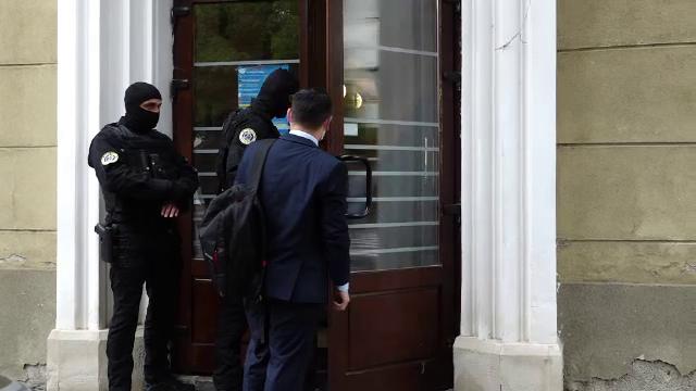 Percheziții la Primăria Bistrița, mai mulți funcționari au fost audiați. Ce urmăresc anchetatorii