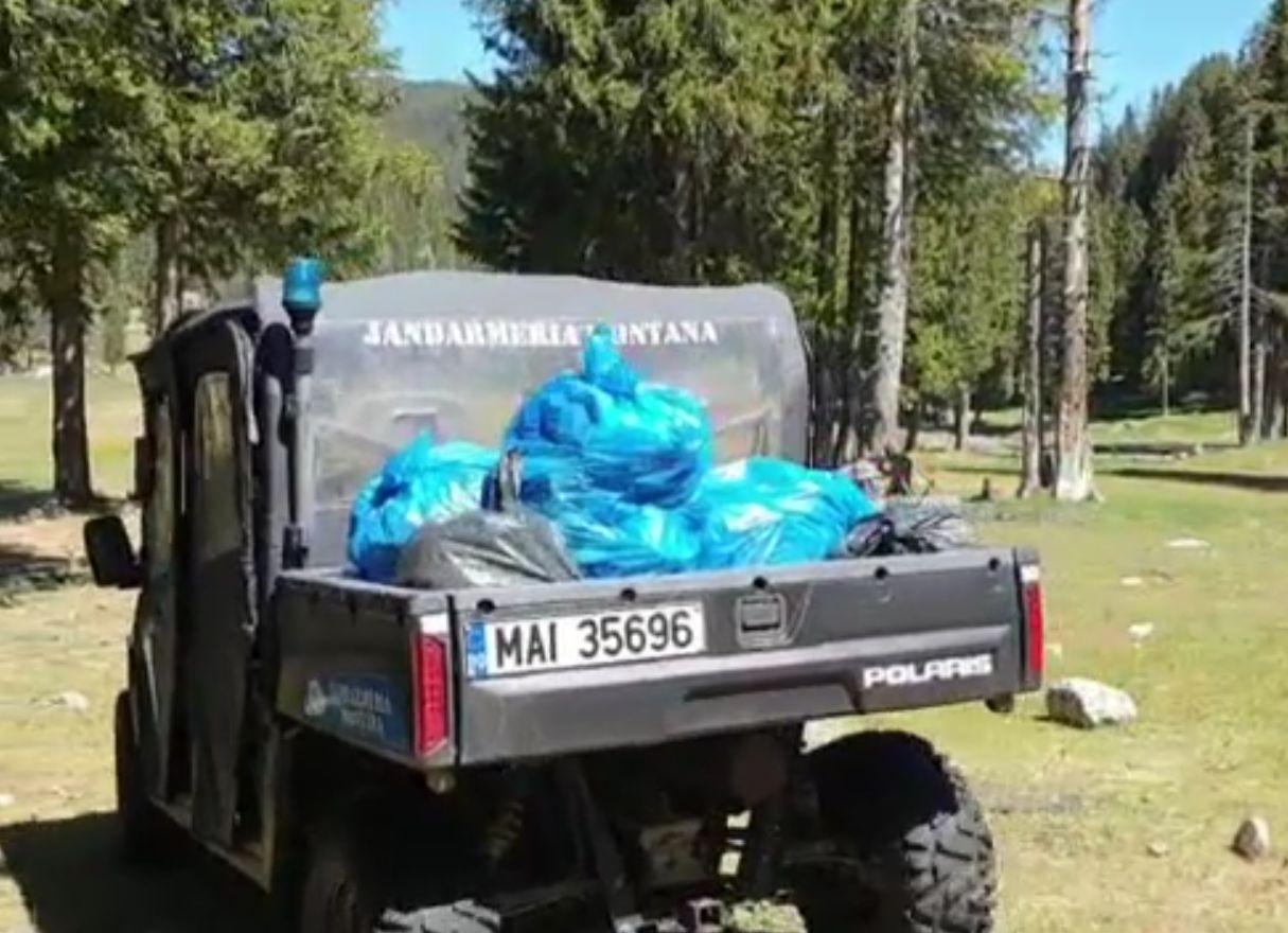 Zeci de saci de gunoaie adunate din zonele unde au făcut turiștii grătare, în Munții Bucegi