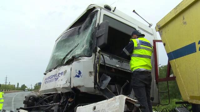 Doi șoferi de camion au fost răniți după ce unul dintre ei a intrat pe contransens, pe DN 1A