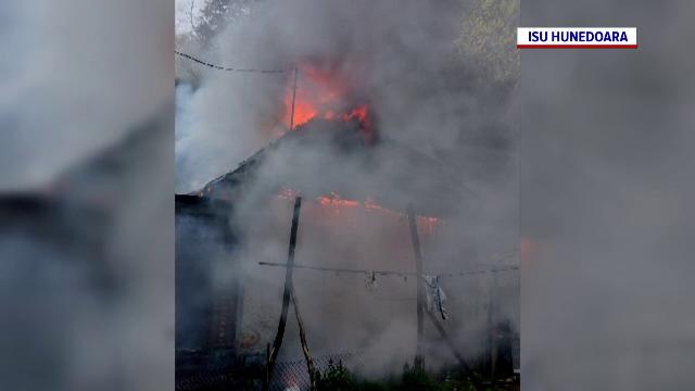 O casă a unei familii nevoiașe din Lupeni a ars ca o torță. Flăcările au cuprins tot acoperișul