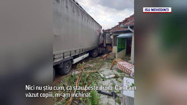"""Șoferul unui TIR a făcut prăpăd în Strehaia. Doi tineri s-au trezit cu vehiculul în bucătărie: """"M-am închinat"""""""