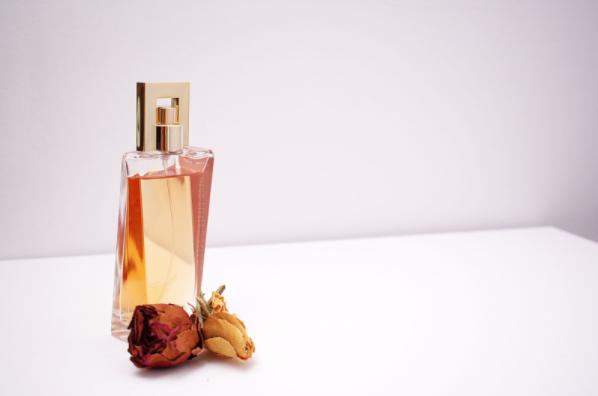(P) Vrei un parfum de vară persistent? Alege una dintre aceste note irezistibile