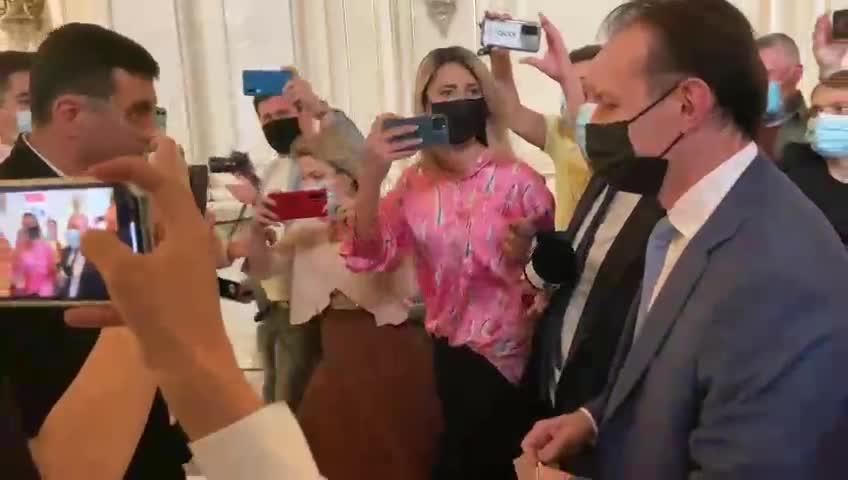 """VIDEO. Premierul Cîțu a fost """"fugărit"""" de jurnaliști și Simion, liderul AUR, prin Parlament"""