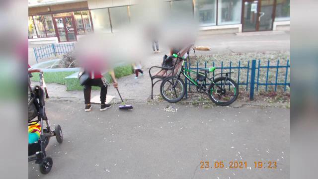 Nouă tineri din Galați, amendați cu 7.200 de lei pentru că au aruncat coji de semințe pe jos