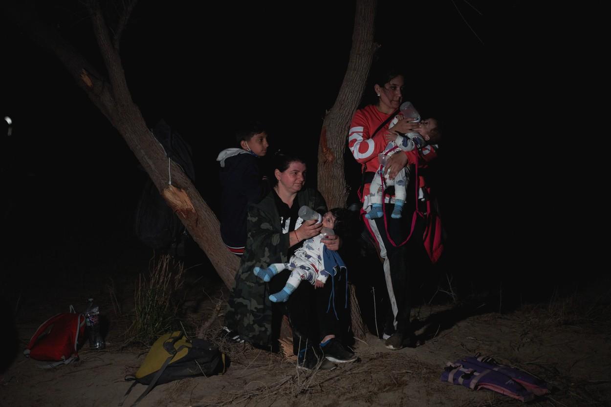 Reuters: Zeci de români de etnie romă trec zilnic din Mexic în SUA pe plute. Susțin că au emigrat din cauza rasismului
