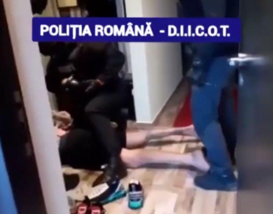 """O grupare de proxeneți specializați în metoda """"Loverboy"""", desființată de polițiștii din Dâmbovița"""