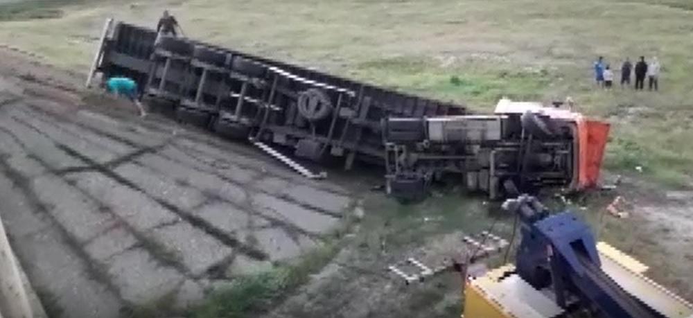 Accident rutier pe DN25. Un TIR a ajuns pe câmp, după ce s-a rostogolit zece metri