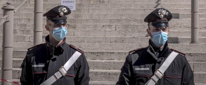 O româncă din Italia a luat la pumni un taximetrist și a sărit să bată doi polițiști