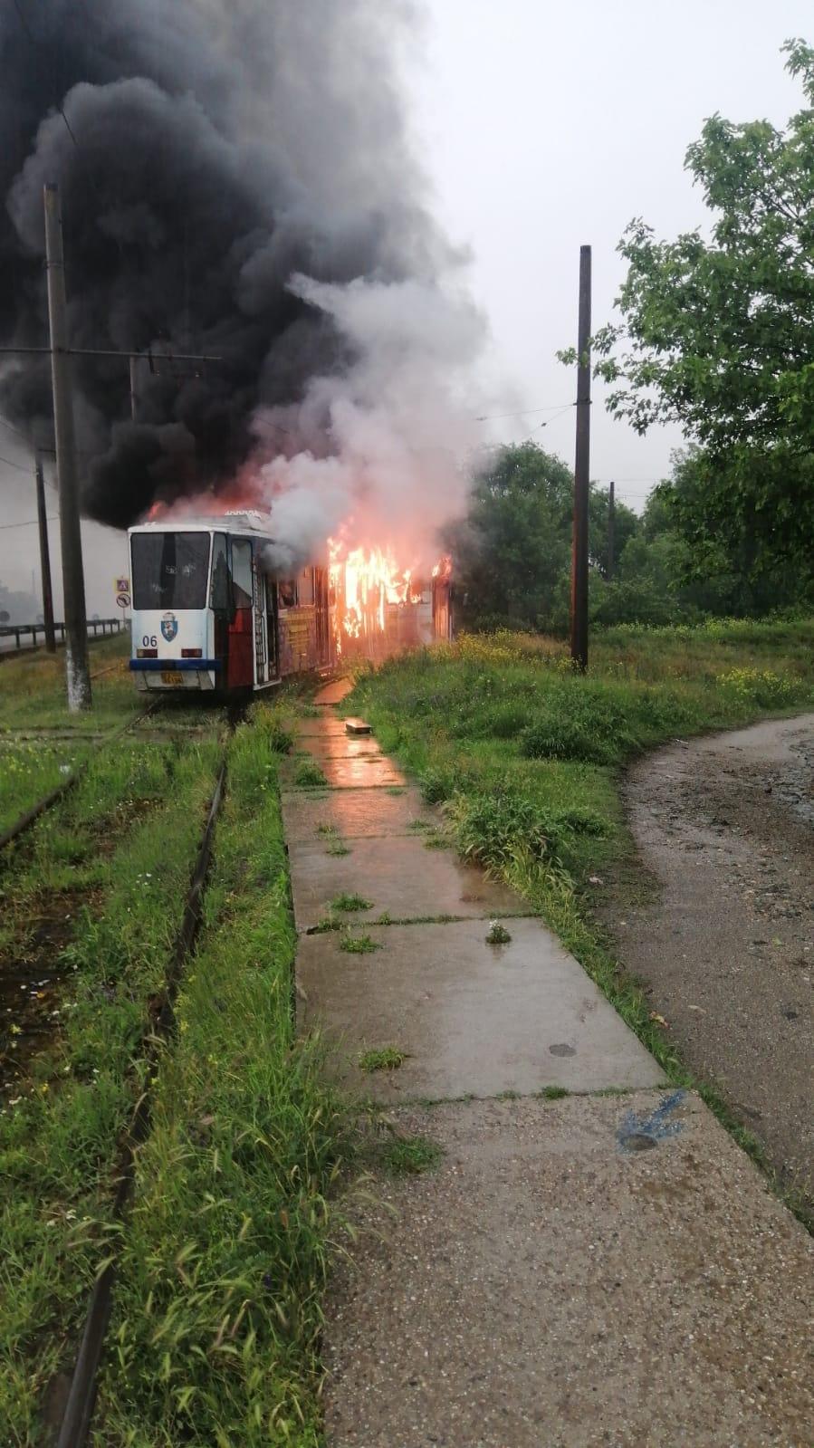 Un tramvai din Craiova a luat foc după ce a fost lovit de trăsnet. GALERIE FOTO