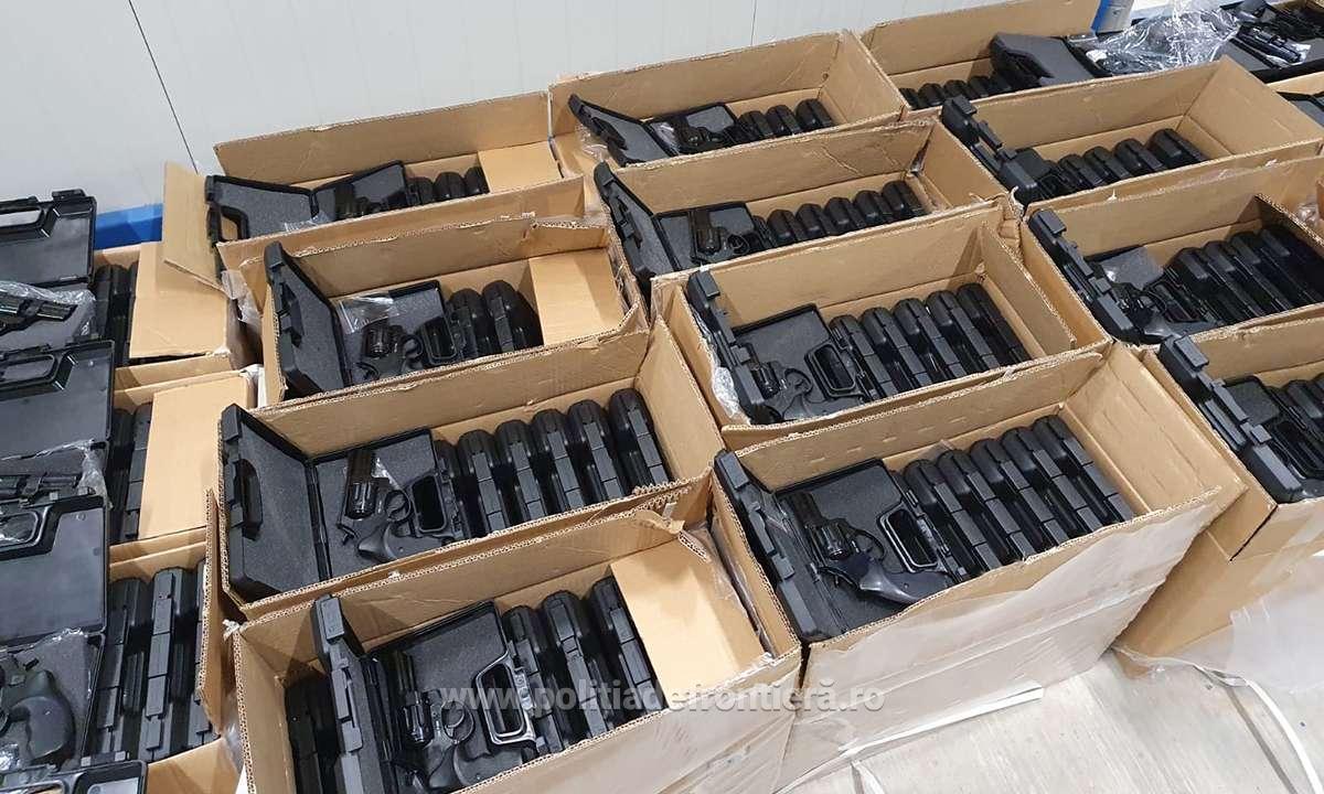 Captura-record la PTF Isaccea. 2.850 de pistoale cu glonţ, găsite într-un camion care transporta mobilă