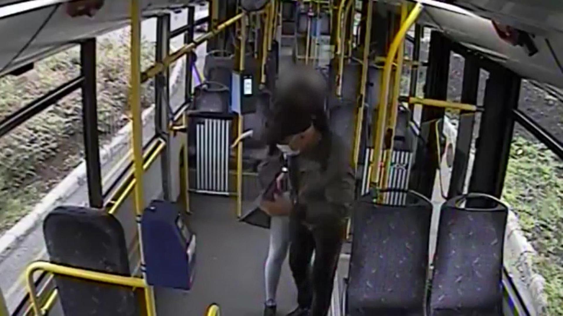 Controlor de bilete, pălmuit în autobuz de o tânără de 20 de ani