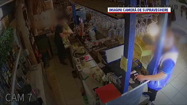 Hoț filmat când îi fură telefonul unui ospătar, într-o cafenea din Galați
