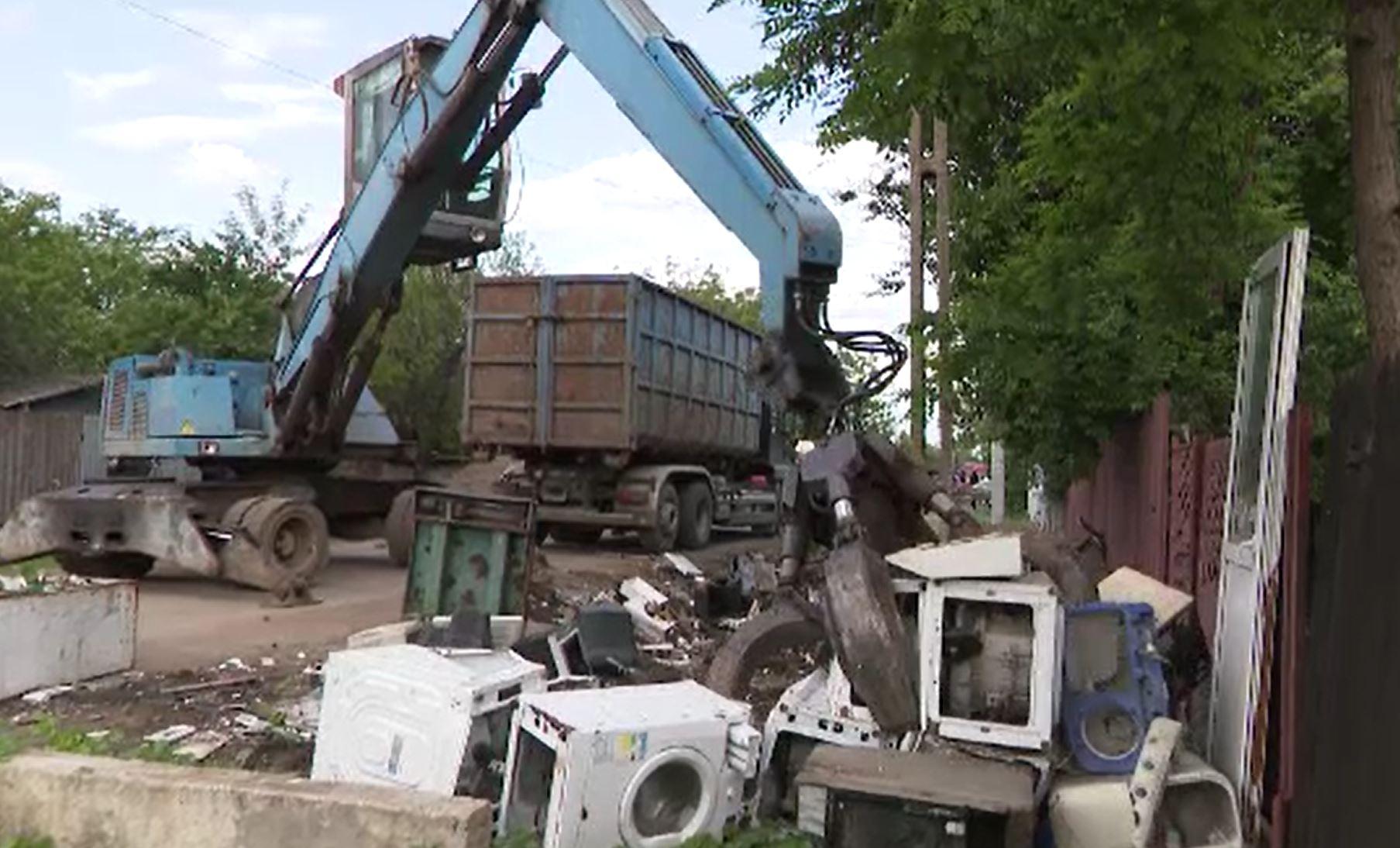 Cum se obțin bani din gunoaie în România. Tone de deșeuri, arse ilegal pentru a obține cupru