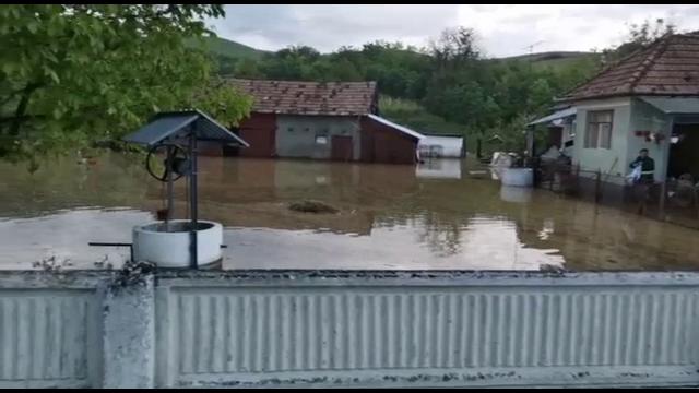 Ploile abundente au făcut prăpăd în țară. Pompierii au lucrat ore în șir să scoată apa din locuințe