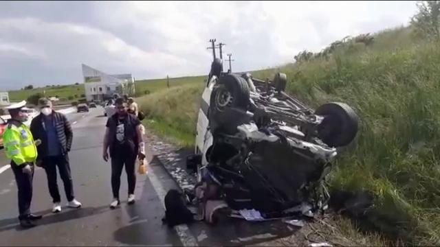 Nouă persoane au scăpat ca prin minune, după ce microbuzul în care se aflau s-a răsturnat în Cluj
