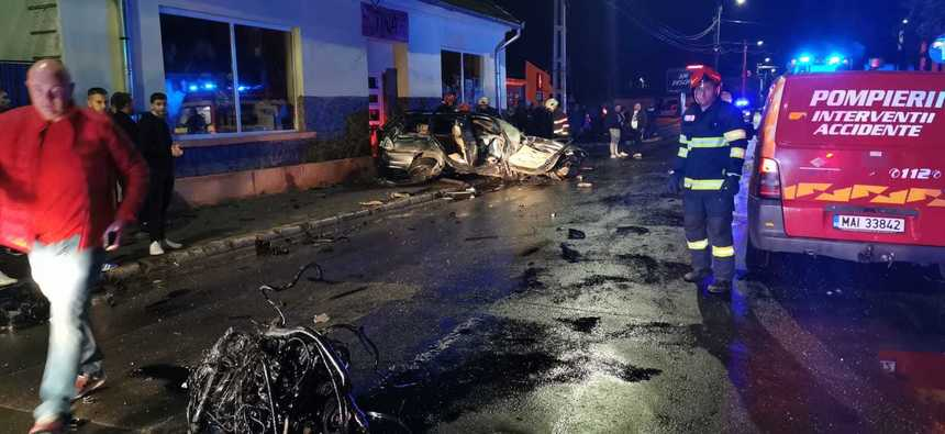 O maşină a intrat în zidul unei case, în Târnăveni. Două persoane sunt în stare gravă