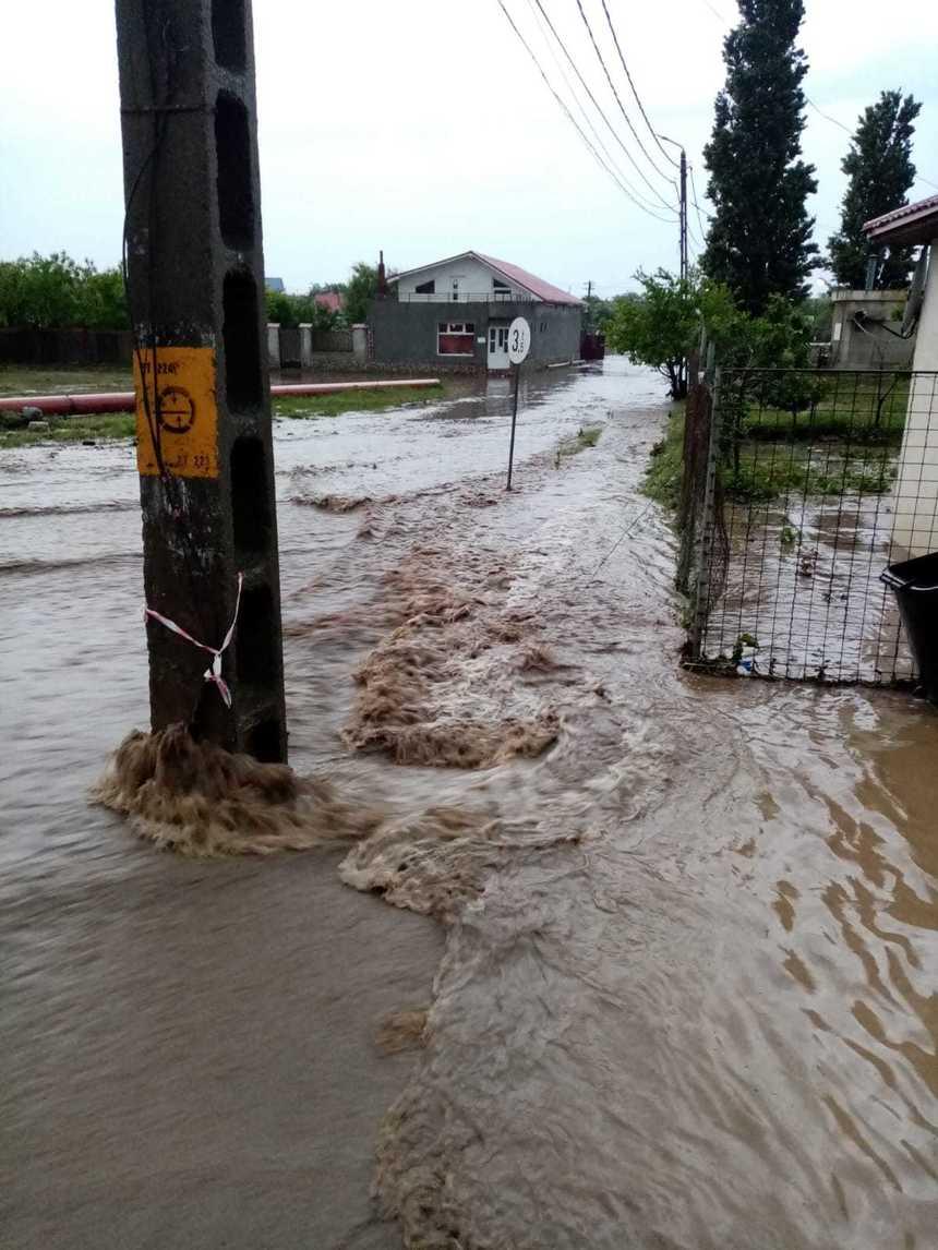 Inundații în Constanța. Gospodării afectate, maşini avariate și turiști salvați de pe plaja din Tuzla