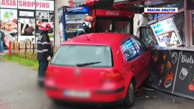 Băut și fără permis, un bărbat a intrat cu mașina într-un fast-food din Bistrița