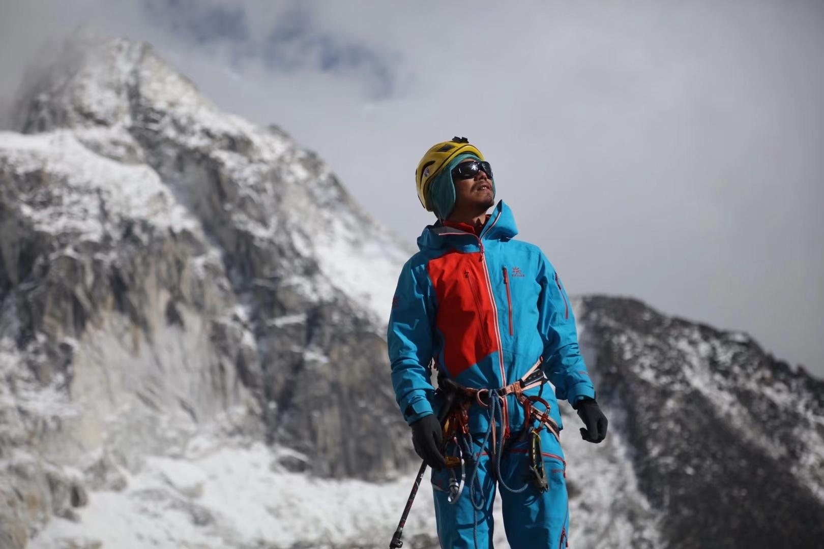 Zhang Hong a devenit al treilea alpinist nevăzător care a cucerit vârful Everest. VIDEO